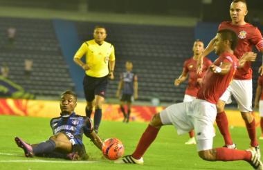 Héctor Quiñones en acción en el duelo de ayer ante el Barranquilla FC, por la Copa Águila.
