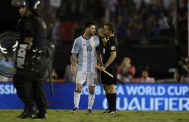 Messi le discute al línea en un juego de la Selección de Argentina en las eliminatorias al Mundial Rusia 2018.