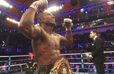 Déiner Berrío celebra emocionado con el cinturón Asia del peso ligero de la AMB (Asociación Mundial de     Boxeo).