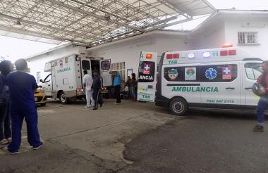 Ambulancias en la entrada al centro asistencial de Argelia, Cauca.