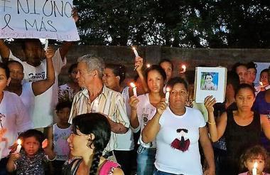 Vecinos del niño de 4 años encendieron velas y llevaron mensajes de rechazo en el sitio donde fue hallado muerto este domingo.