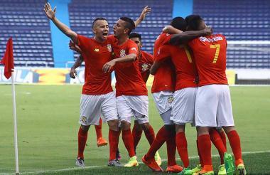 Los jugadores el Barranquilla FC celebran en el triunfo 3-1 ante el Atlético FC.
