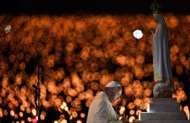 El papa Francisco ora ante la imponente basílica. La feligresía encendió miles de cirios.