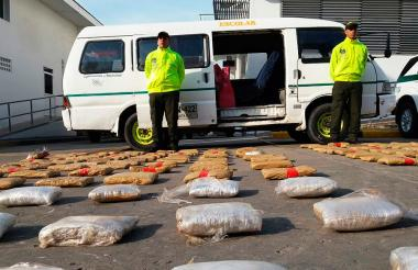 La Policía Metropolitana mostró el alijo incautado y el vehículo con el emblema de transporte escolar en el que fue hallado.