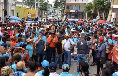 Con pancartas y arengas, maestros exigieron a la Gobernación del Atlántico que se siente a negociar peticiones.