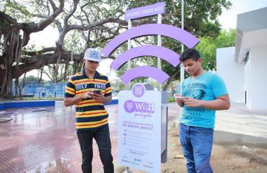 Dos jóvenes haciendo uso de una de las zona WiFi.