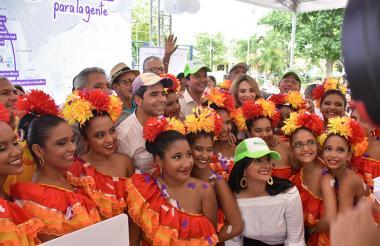 El alcalde Char y el ministro Luna, durante el evento en el parque Las Nieves, con un grupo de bailarinas.