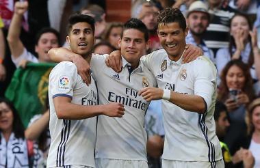 James Rodríguez celebra junto a Asensio y Cristiano Ronaldo.