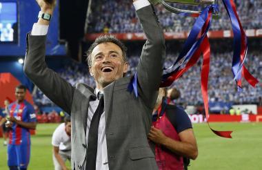 Luis Enrique festejando con el trofeo de la Copa del Rey.