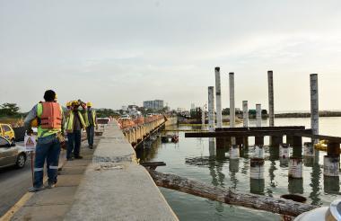 Hombres trabajan en una zona de la Bocana, que es una conexión artificial permanente entre el mar y la Ciénaga de la Virgen, situada al noroccidente de Cartagena, y su misión es garantizar el flujo de las corrientes.