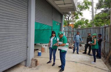 Funcionarios de la Secretaría de Control Urbano inspeccionan una obra.
