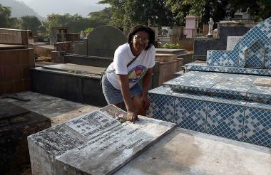 Rosângela dos Santos, hija del exfutbolista Mané Garrincha, mira la tumba de su padre en el cementerio municipal de Raiz da Serra.