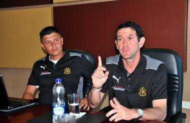Arturo Reyes (derecha) en su etapa como técnico del Barranquilla FC.