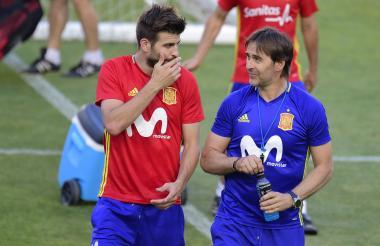 Julen Lopetegui, director técnico de España, junto al defensor Gerard Pique.