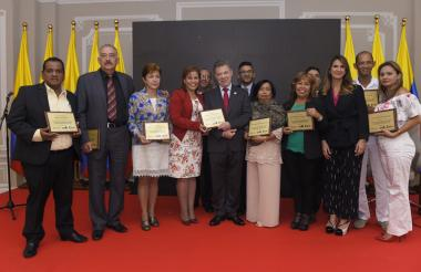 El presidente Santos, con rectores de colegios oficiales del país que obtuvieron los primeros lugares en el Índice Sintético de Calidad.