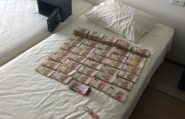 El dinero se encontraba guardado en una caja fuerte que estaba en una habitación.