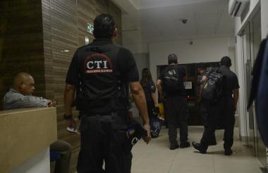 Agentes del CTI de la Fiscalía salen de las oficinas de Inassa ubicadas en el norte de Barranquilla, tras la diligencia de inspección.