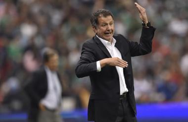 Juan Carlos Osorio dando instrucciones durante el partido entre México y Honduras. Al fondo, Jorge Luis Pinto.