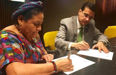 La premio Nobel de Paz, Rigoberta Menchú, y el rector de Uniautónoma, Rigoberta Menchú, durante la firma del convenio realizado en Rosario, Argentina.