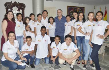 El gobernador Eduardo Verano con algunos de los jóvenes que irán a EEUU.