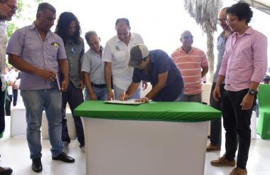 Alejandro Char durante la firma del Decreto 0432 sobre Portafolio de Estímulos.