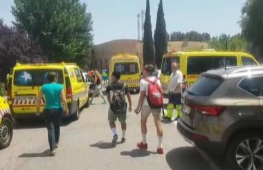Alumnos desalojados de un colegio son llevados a la funeraria de Valdemoro.