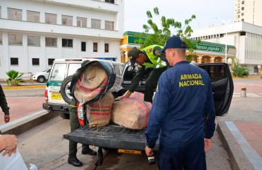 Funcionarios de la Armada y la Policía sacan del muelle turístico de Riohacha los sacos con la droga