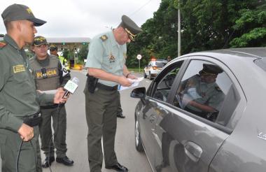 El coronel Julio César Sánchez dio instrucciones a los turistas.