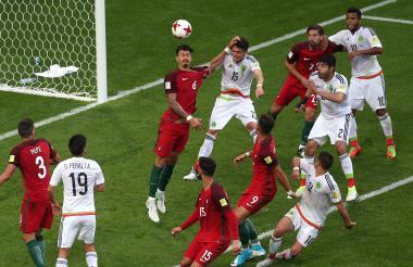 El mexicano Héctor Moreno le gana en el cabezazo al defensor de Portugal y anota el gol del empate 2-2.