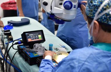 El director de la Clínica Oftalmológica del Caribe, Luis Escaff, usa el dispositivo Dropper, creado con Unisimón.