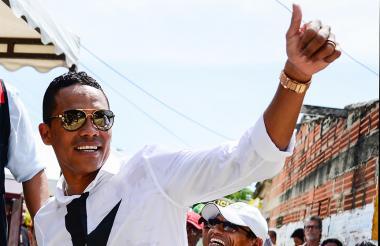 Bacca saludando a su gente de Puerto Colombia.