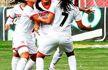 Marsy (centro) celebra primer gol de la Liga Femenina.