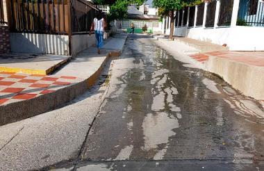 Aguas negras recorren la carrera 76 del barrio Paraíso.