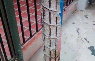 Varillas descubiertas en poste del barrio San Isidro.