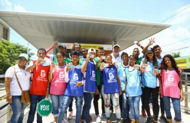 Niños del barrio Carrizal con sus nuevas tarjetas de Transmetro.