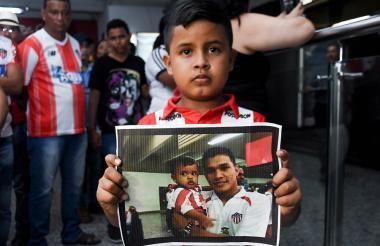 Iván Camilo mostrando con orgullo su foto junto a Teo.