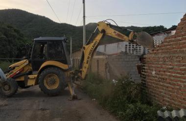 Demolición de bodega en el sector Tramo Gaira.