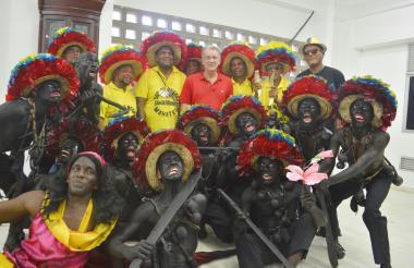 El gobernador Eduardo Verano y el secretario de Cultura de Santa Lucía, Alexánder Jordán, con la agrupación de son de negro Cimarrones de Mahates.
