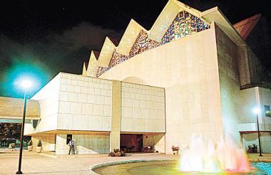 Fachada del Teatro Amira de la Rosa próximo a cumplir 11 meses de haber cerrado sus puertas.