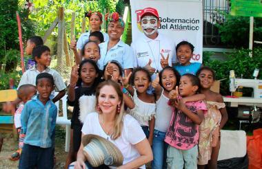 La primera gestora Liliana Borrero compartiendo con los niños del municipio de Luruaco.