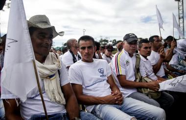 Guerrilleros de las Farc durante el acto de entrega de armas este martes.