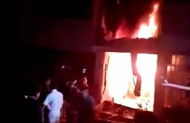 Momento del incendio en la fabrica de colchones en Perú.