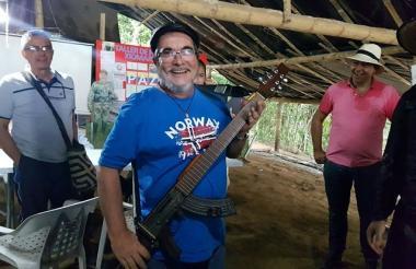 Timochenko posa con una 'escopetarra' antes de su discurso este martes.