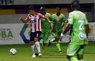 Acción de juego en el estadio Armando Tuirán Paternina, en Sahagún.