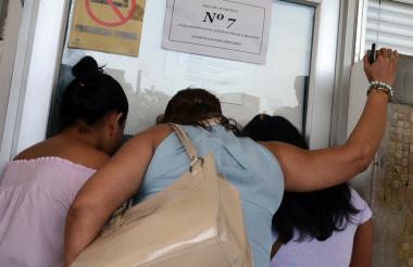 Familiares de los agentes capturados arribaron al Centro de Servicio Judiciales, en Barranquilla.