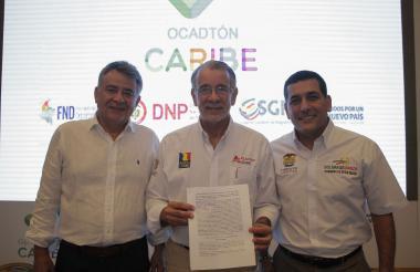 El gobernador Eduardo Verano muestra el manifiesto firmado ayer. Lo acompañan los homólogos de Sucre, Édgar Martínez, y de Bolívar, Dumek Turbay.