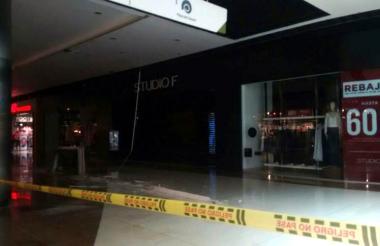 Parte del techo de un almacén del centro comercial Viva se cayó este jueves en horas de la tarde.