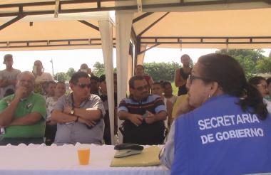 La comunidad escuchando atenta durante la asamblea celebrada ayer.