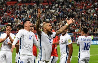 Arturo Vidal, Gary Medel y otros jugadores chilenos celebran el paso a la final.
