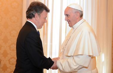 Juan Manuel Santos saluda al papa Francisco.